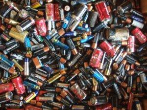 https://upload.wikimedia.org/wikipedia/commons/c/c4/Electric_batteries.jpg
